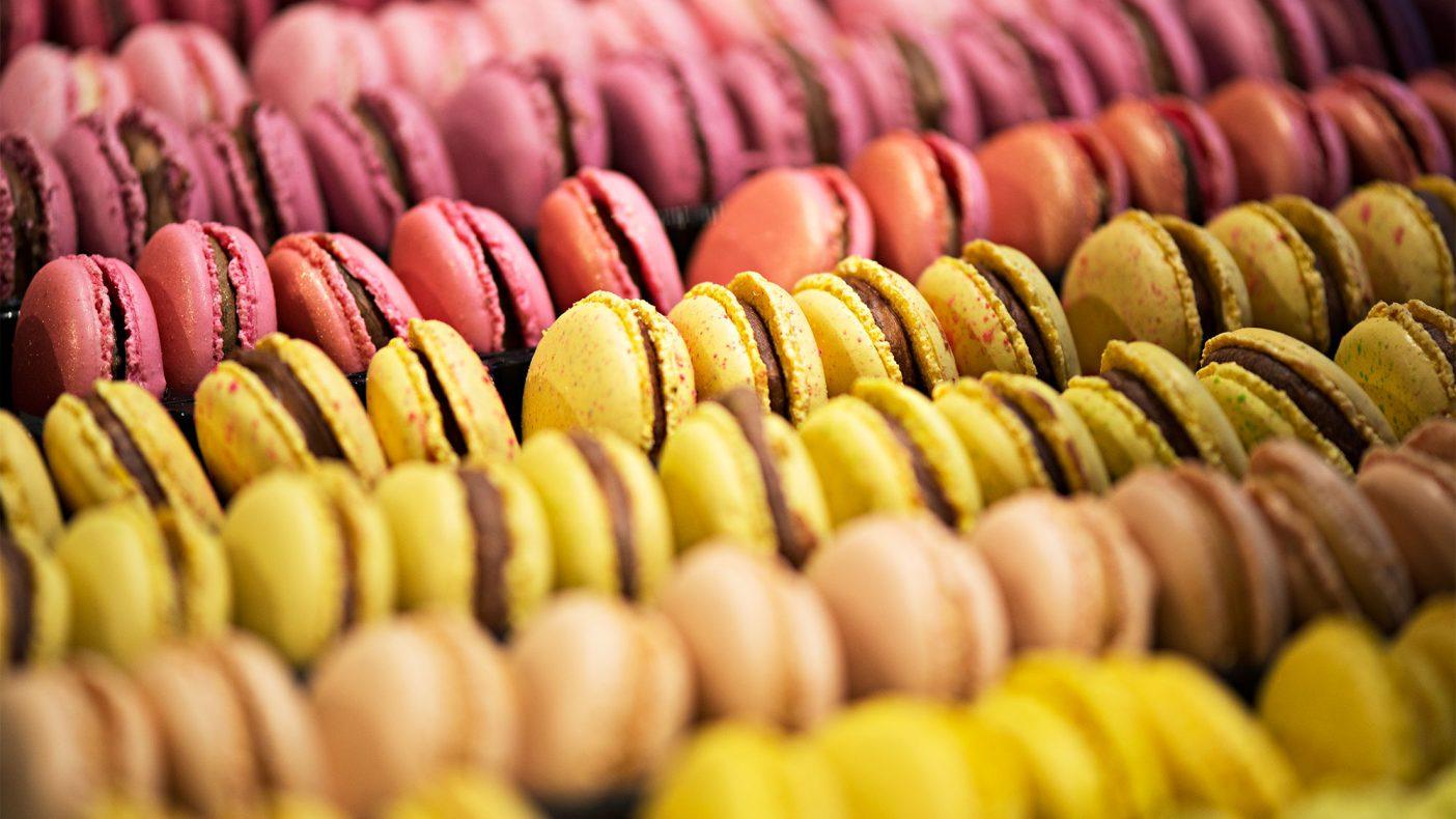 Macronene kommer i mange varianter og smaksettes med alt fra melkesjokoladekrem til solbærkaramell.