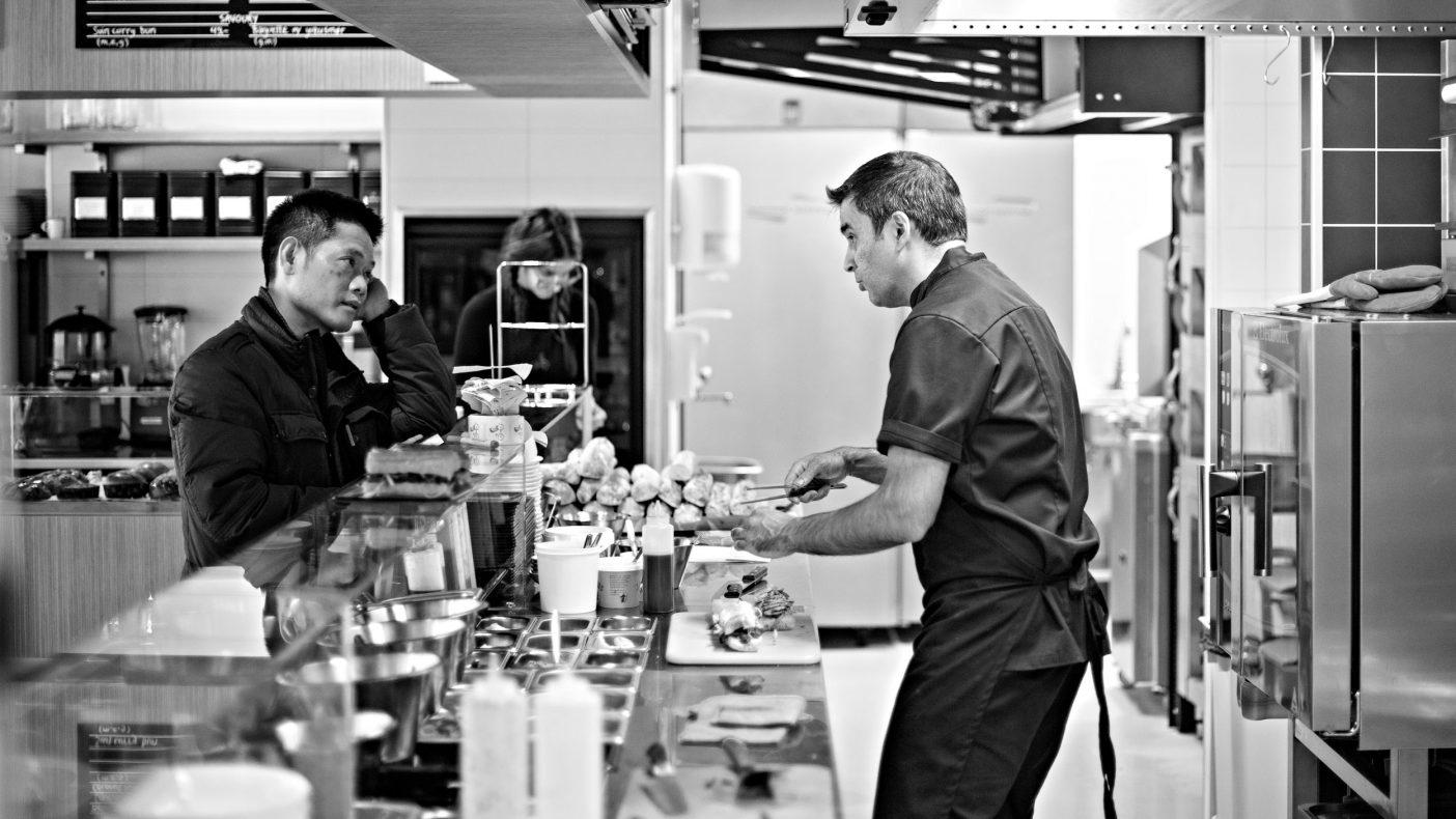 Pierre er nå sjef på en liten Bánh mì restaurant i Vika i Oslo, som lager fransk surdeigsbaguette med vietnamesisk innhold.