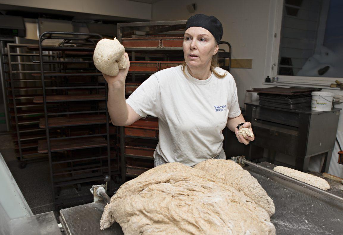 Daglig leder i Heggedal Bakeri, Ida Cecilie Larsen, tror det vil bli tøft for de små, uavhengige bakeriene i fremtiden.