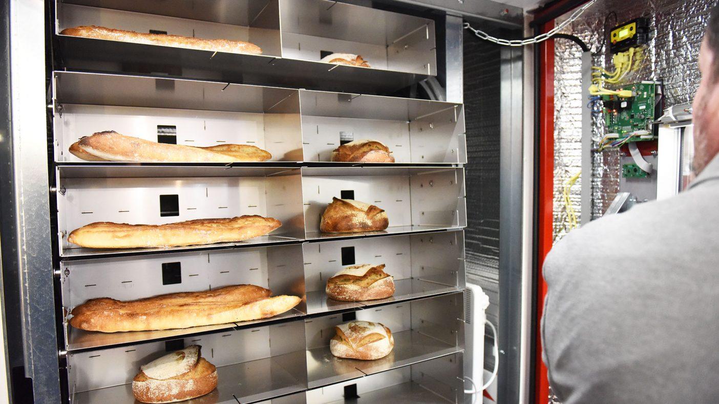 Automaten har 40 hyller og gir beskjed til bakeriet når den begynner å bli tom.