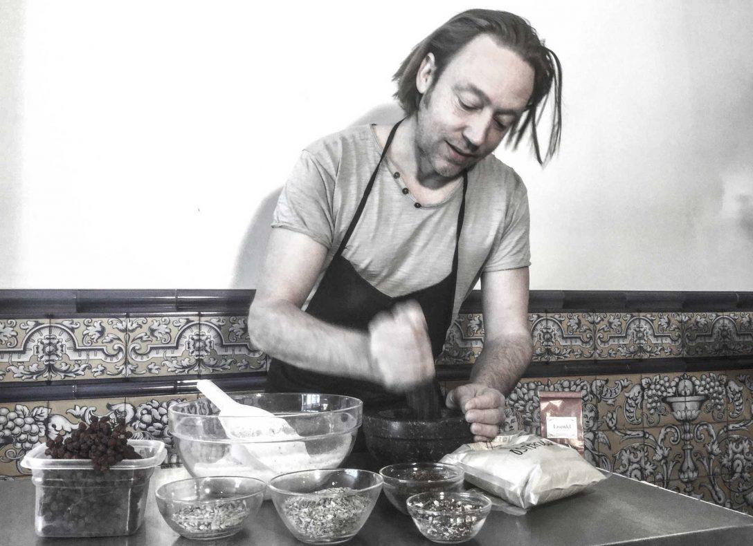 Krydderdesigner Rainer Chr. Hennig i Verdensmat og opplever nå økende interesse fora norske bakerier.