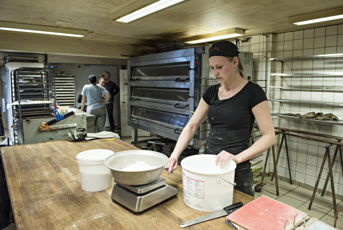 Lill Anett Søgaard veier opp mel til dagens produksjon i bakeriet på Årnes.