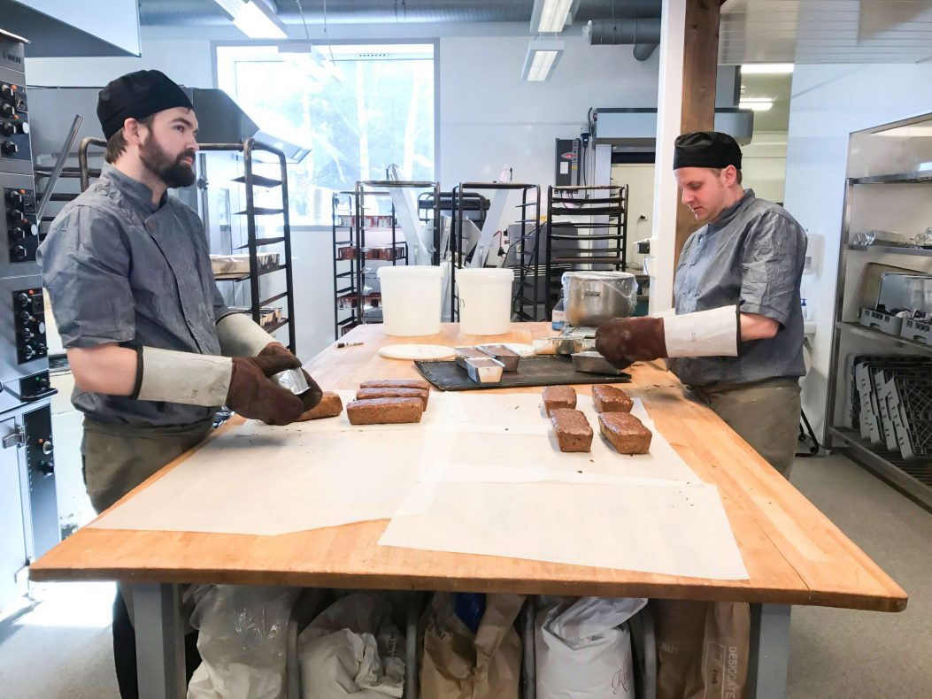 Bakerne Robert Thørn Kolberg (t.v) og John Gunnar Hagen i arbeid. I tillegg til steinovn har bakeriet en elektrisk ovn for steking av formbrød.