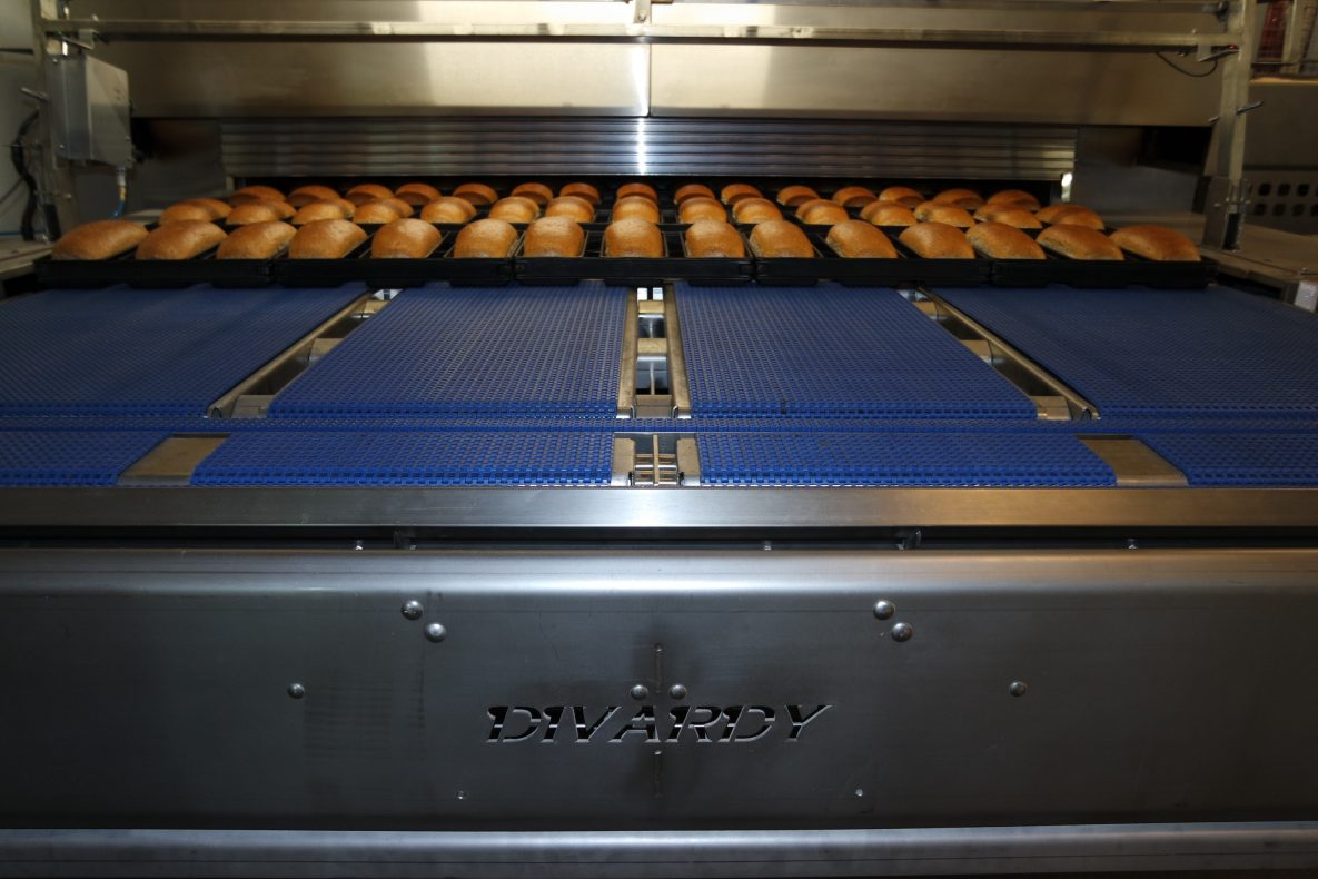 Den nye tunnelovnen kan produsere opptil 1200 brød i timen.