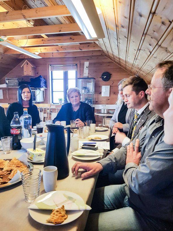 En lydhør statsminister Erna Solberg på mølleloftet hos Stangeland Mølle, hvor hun lærte mer om bedriften og fikk servert havrevafler med egen havre fra mølla.
