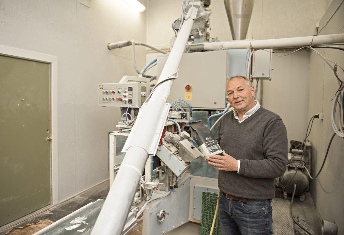 Flere og flere bakerier ønsker å bruke råvarer som Holli Mølle produserer. De venter en sterk vekst i årene som kommer. Her står Trygve Nesje ved pakkelinja på Holli Mølle.