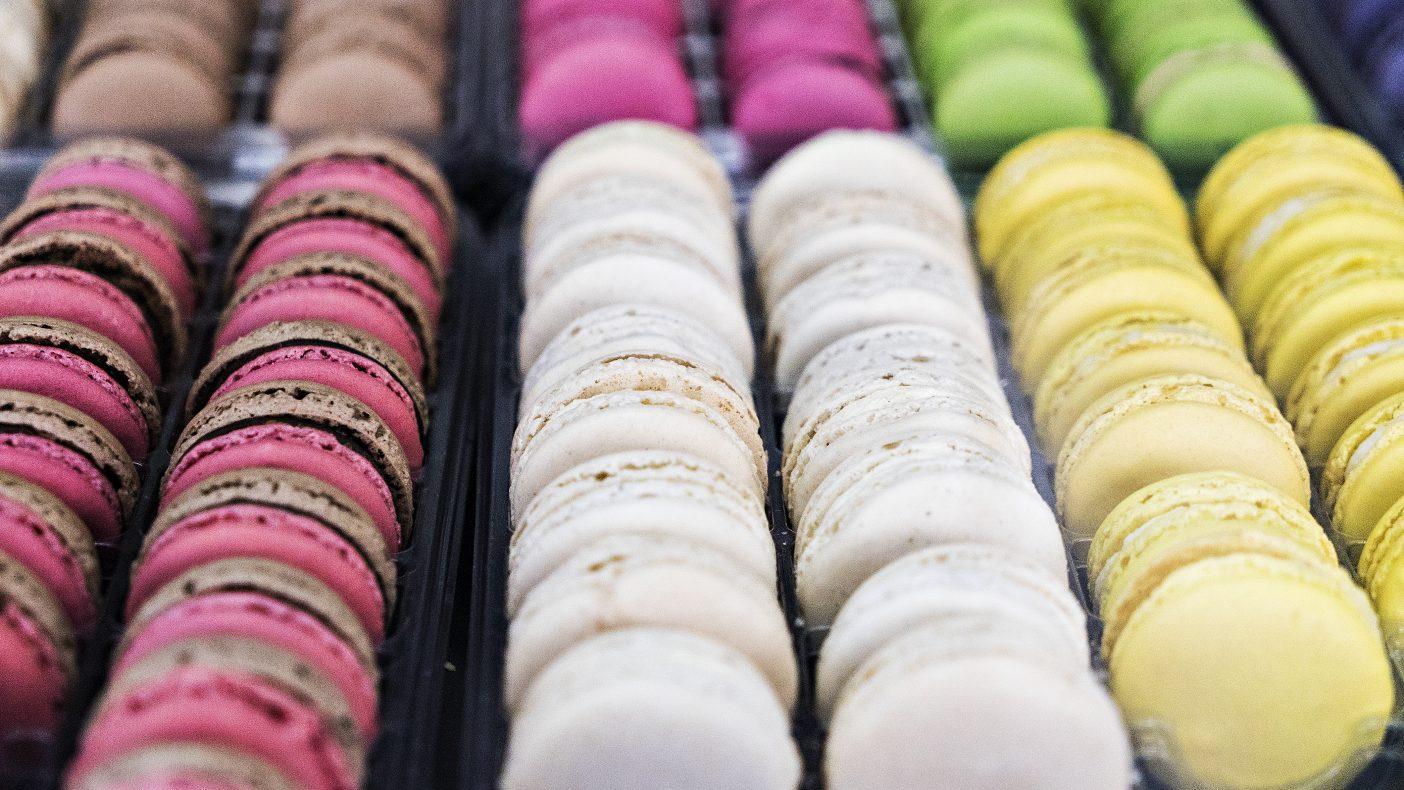 Franske makroner, her i mange varianter, blant annet sjokolade, sitron, chili, bringebær, kokos, karamell og litchi.