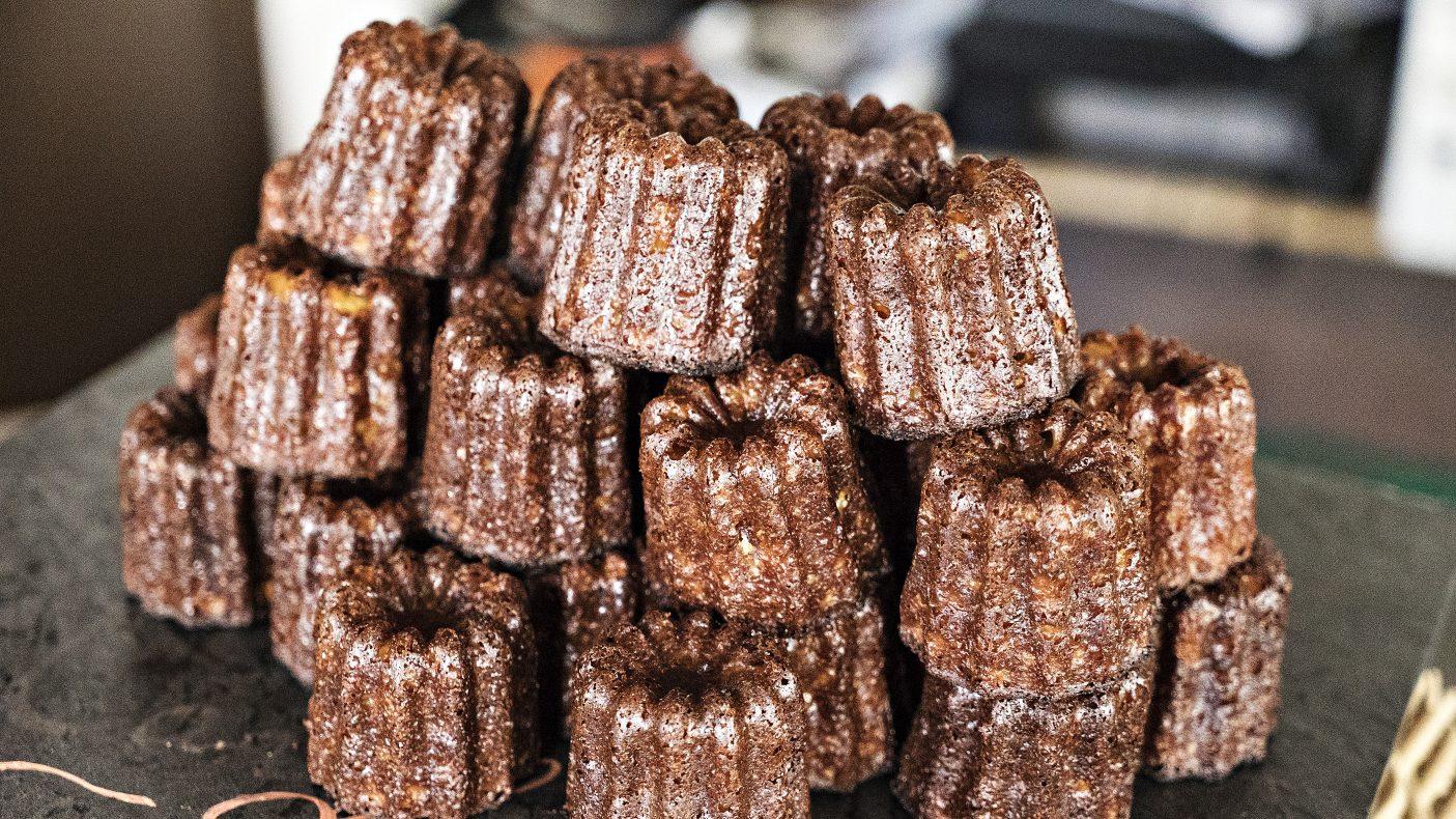 Le Cannelé Bordelais er en spesialitet fra Bordeaux som smaker karamell, vanilje og rum. Den er laget i kakeformer av kobber som gjør at det blir meget crunchy utenpå, men fremdeles smeltet innpå.