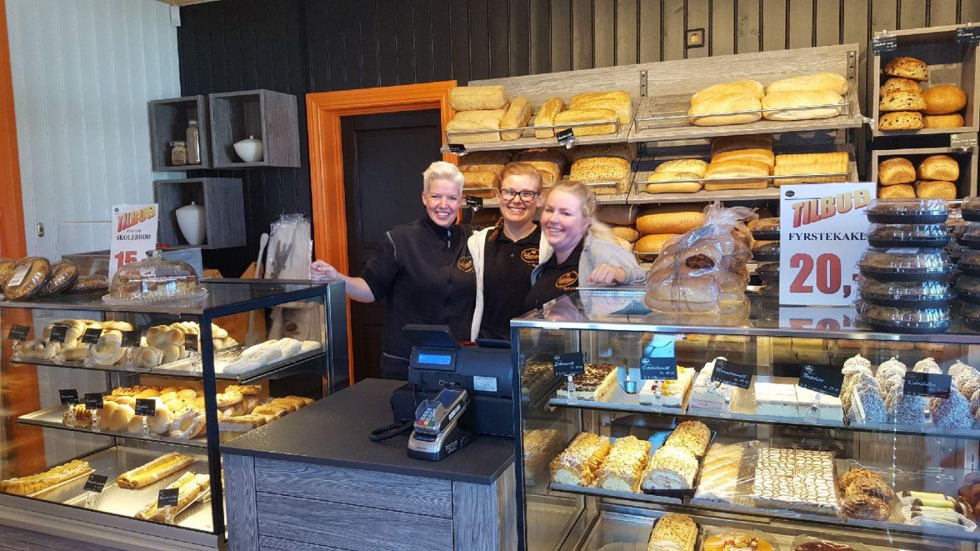 Jentene som jobber i bakeriutsalget i Storveien på Gressvik fra venstre: Karianne, Isolde og Henriette. De har det gøy på jobb og det smitter over på kundene.