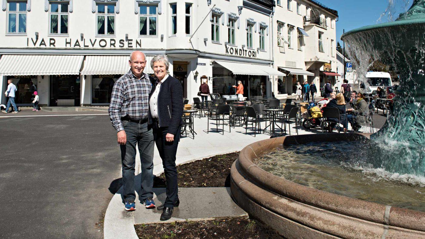 Hans Martin Lang og Bente Aven Lang utenfor bakeriet familien har drevet i en årrekke. Nå tar Terje og Eigil Næss i Nøtterø Bakeri over stafettpinnen.