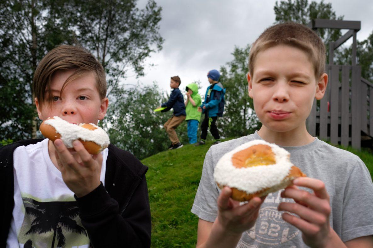 Elevene ved Kjølsdalen Montessoriskule koste seg med skolebrød på sin skoleavslutning 16. juni.