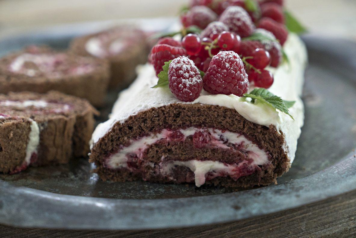 Rullekake med sjokolade og bær.
