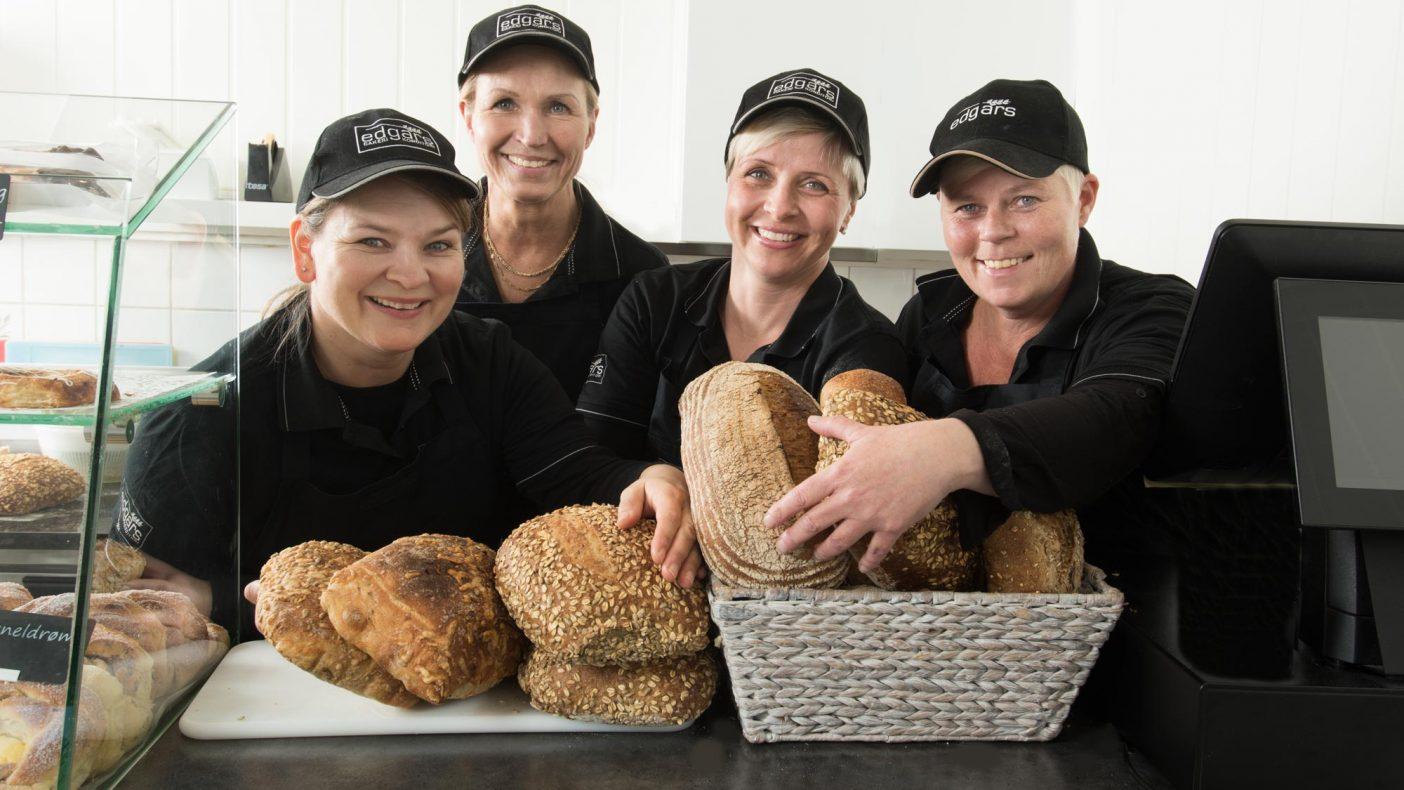 Tone, Anne, Kristin og Tove hos Edgars Bakeri bretter opp ermene og er klare for å tredoble salget i årets sommermåned.