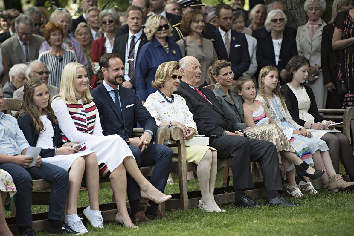Hele Kongefamilien samlet i slottsparken for å markere H.M. Dronning Sonjas 80-års jubileum