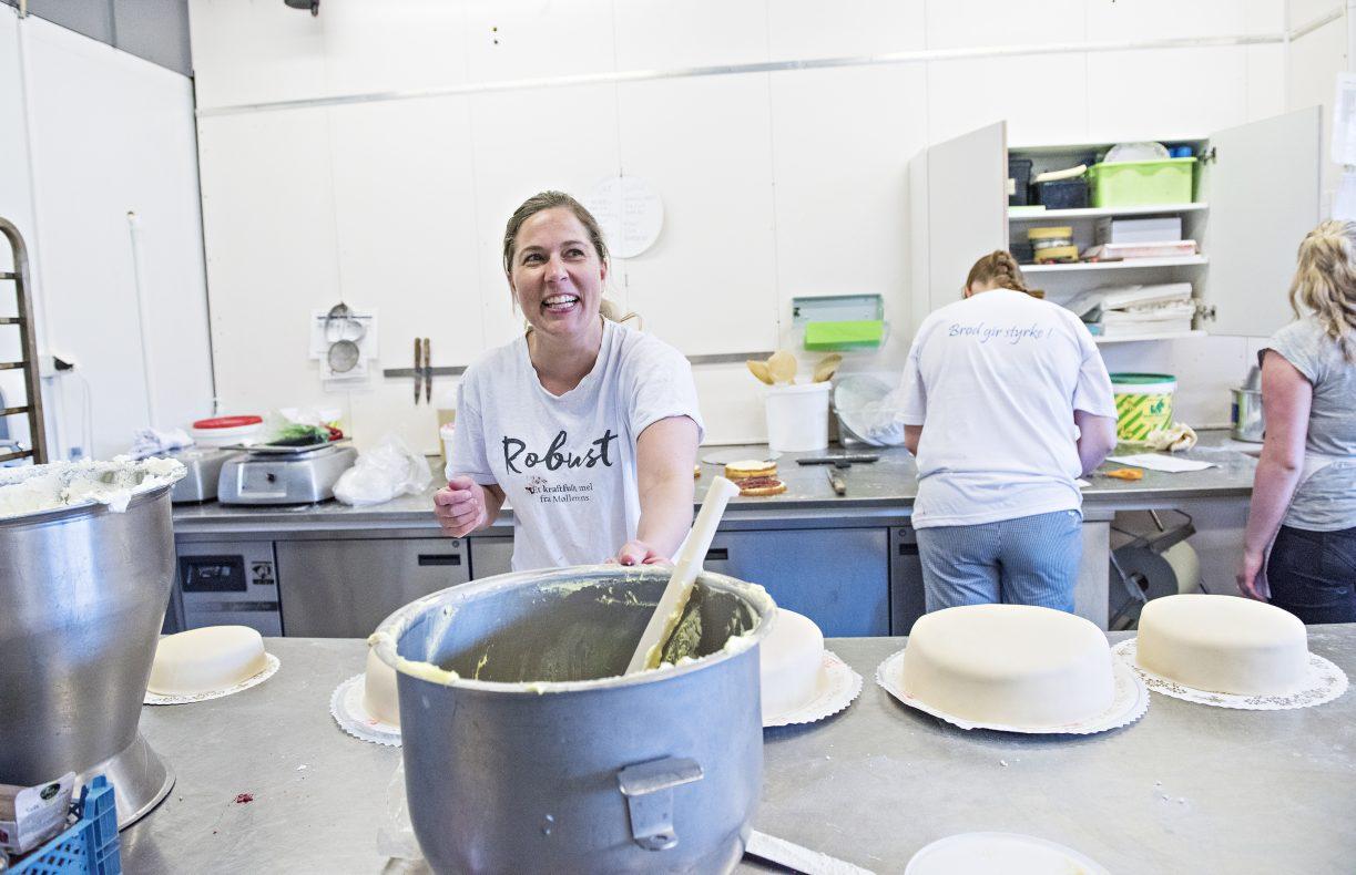 Lillian Mojlanen hos Baker Jørgensen prepper marsipankaker i produksjonslokalene på Torvet i Arendal. Om kort tid får hun helt nye lokaler å lage marsipankaker i.