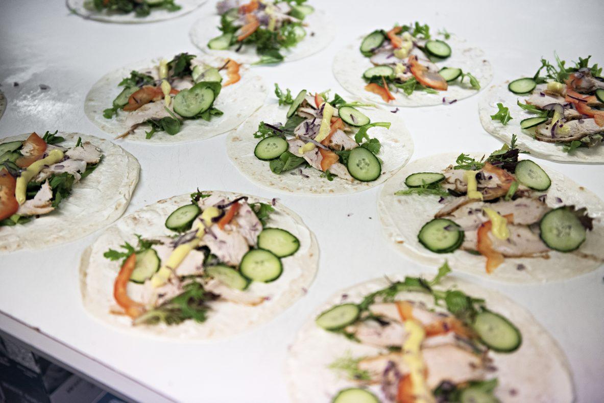 Kyllingwraps blir ferdigstilt i lokalene på Torvet og solgt i de syv utsalgene rundt om i Arendal.