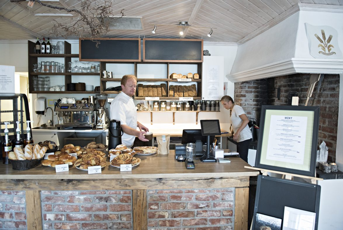 Bjørnar Amdahl og Vilde Myhren Skeid Venås, kan oå en god dag selge 300 brød.