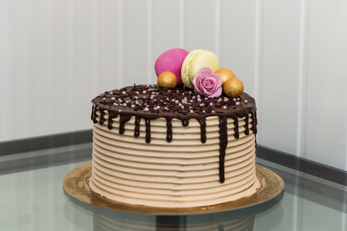 Her er Anitas sin sjokoladekake med Oreokrem og bringebærmousse, marengs smørkrem og belgisk sjokolade, sjokolade ganache, toppet av deilige lemon curd og bringebær makroner.