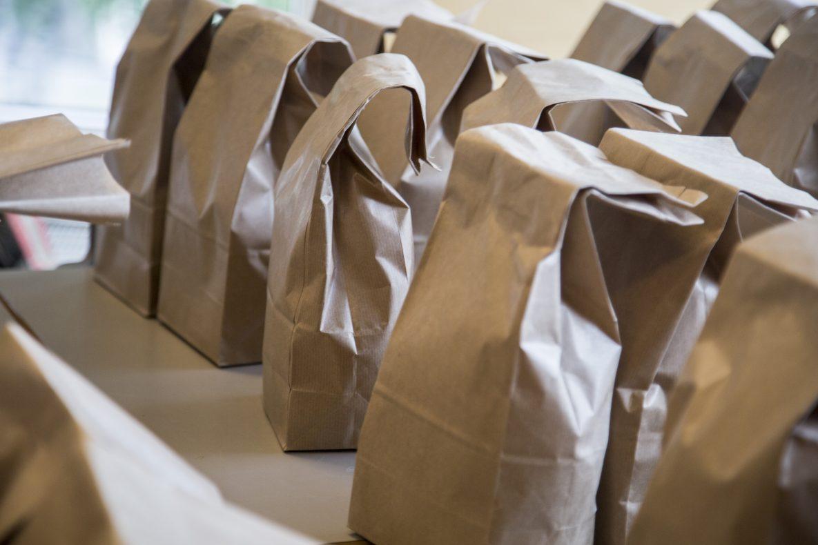 Matpakkene på rad og rekke. Fra matpakketesting i august på Gjellerås skole i Akershus.