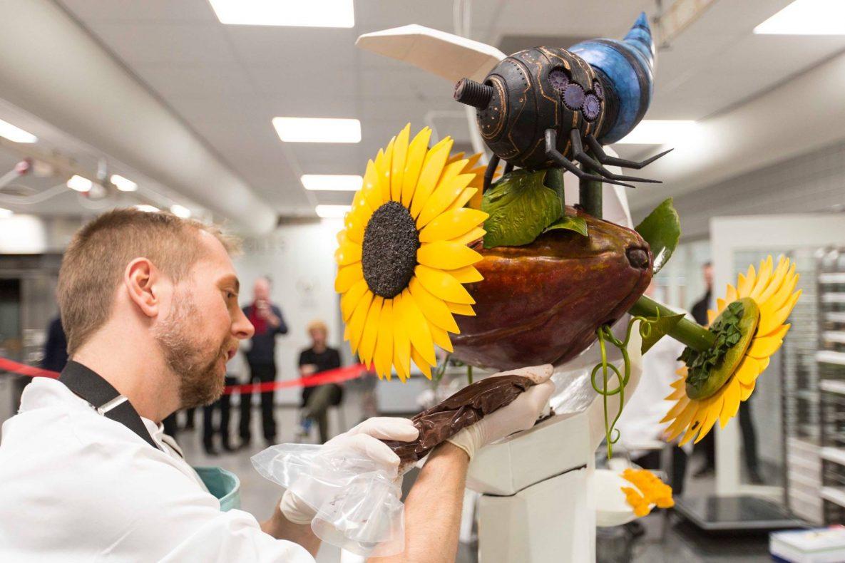 Tor Stubbe i aksjon under den nordiske og baltiske kvalifiseringen til finalen i World Chocolate Masters.