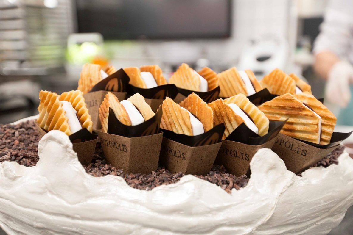 Tor Stubbes sjokolade-snacks «to go», som han kalte Triple Theobromine, besto av kokossorbet og gele, salt karamell, alunga- og hassenøttiskrem, pannekake med fermentert honning og en kakaoserviett…