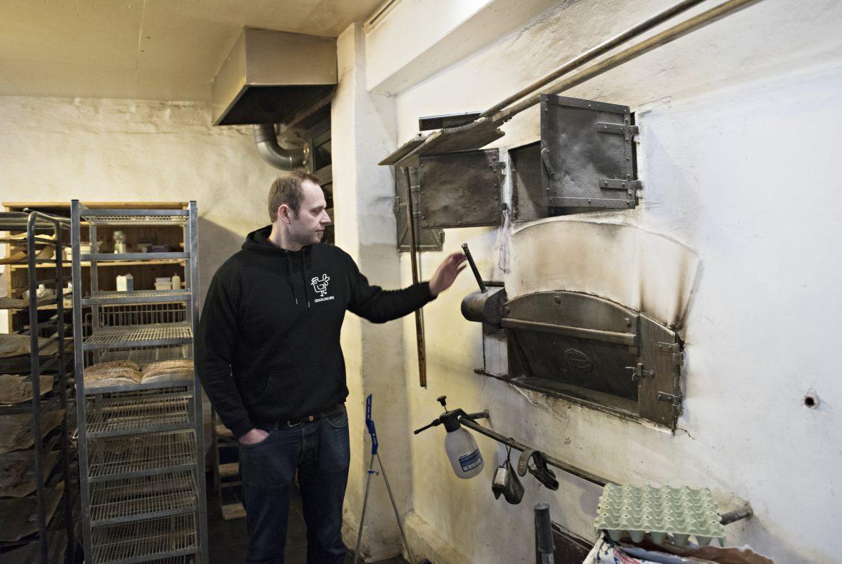 Den vedfyrte ovnen har vært i drift siden 1850 og er alltid varm.