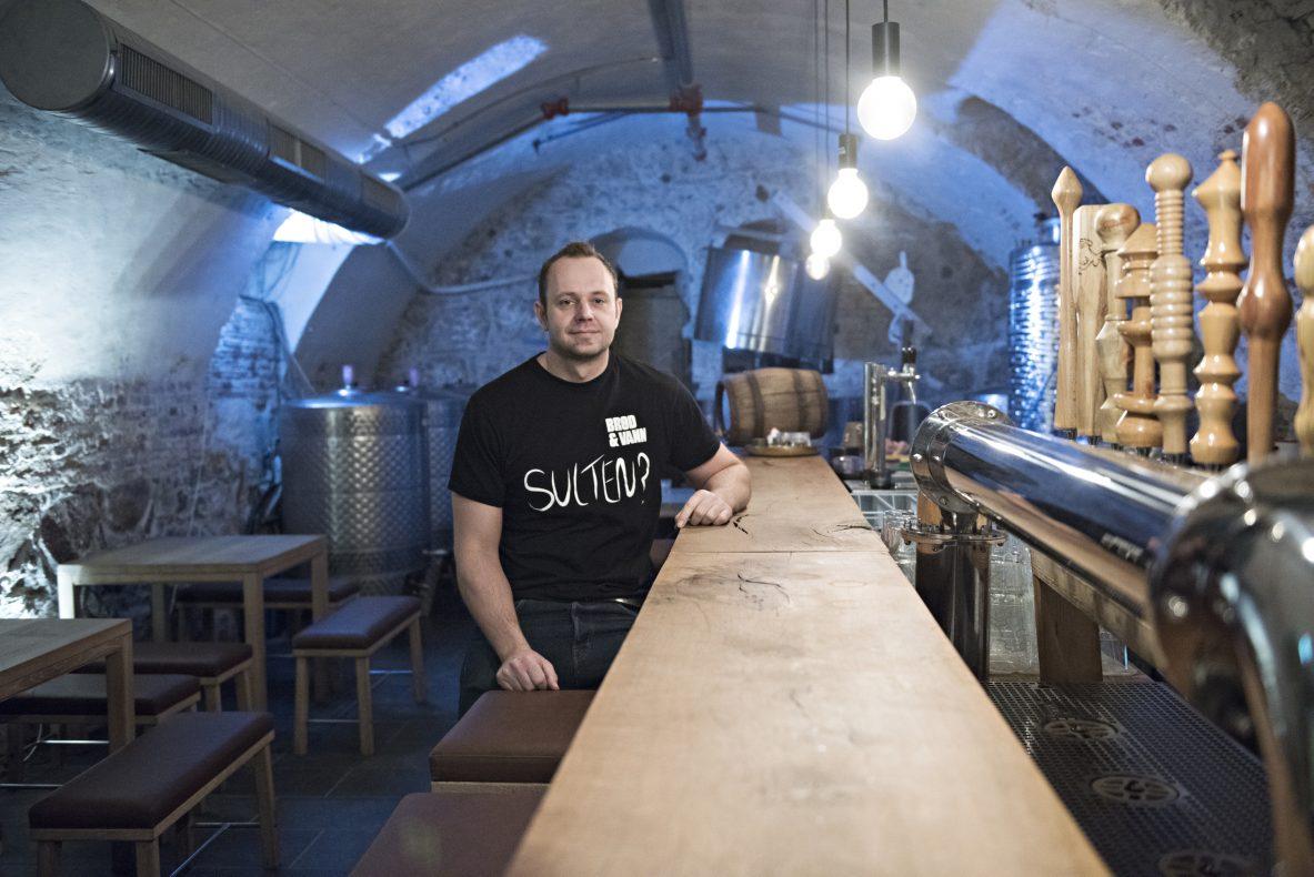 Tommy Gjersøe driver også Halden Mikrobryggeri i bygningen hvor Brød og Vann holder til.