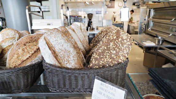 Leverer ferskt brød til middag og kveldsmat