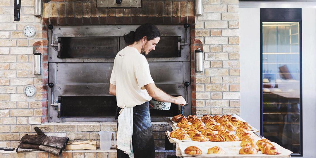 I denne steinovnen stekes både brød og boller, samt pizza på kvelden.