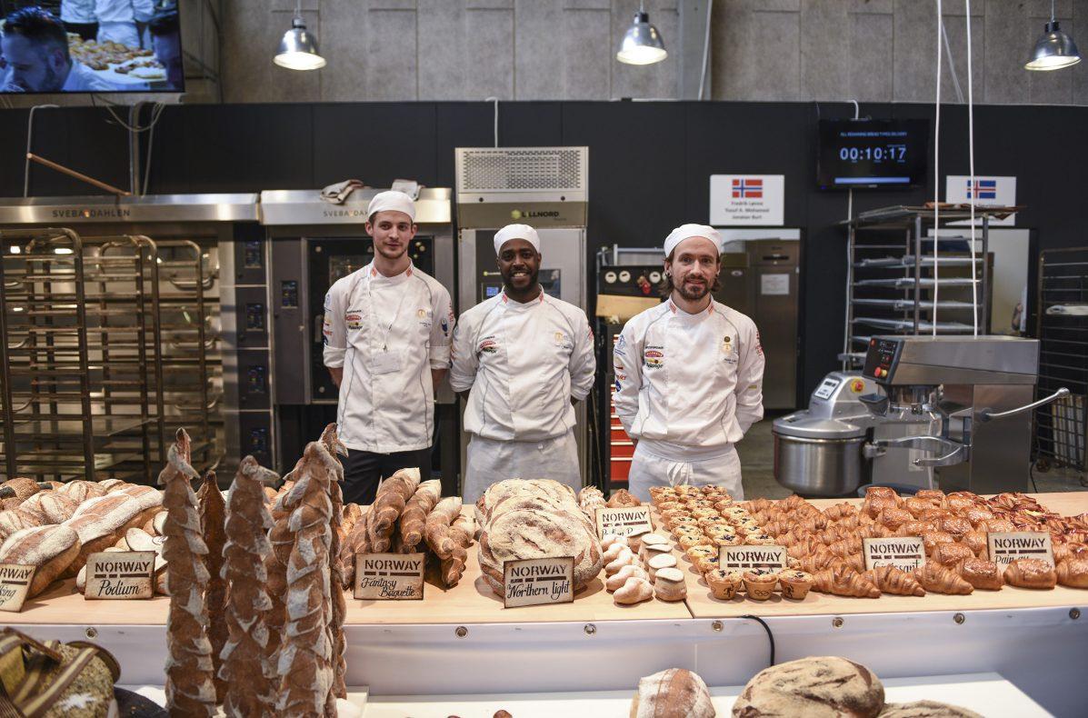 Fredrik Lønne, Yusuf Abdirahman Mohamed og Jonathan Burt rett er konkurranseslutt.