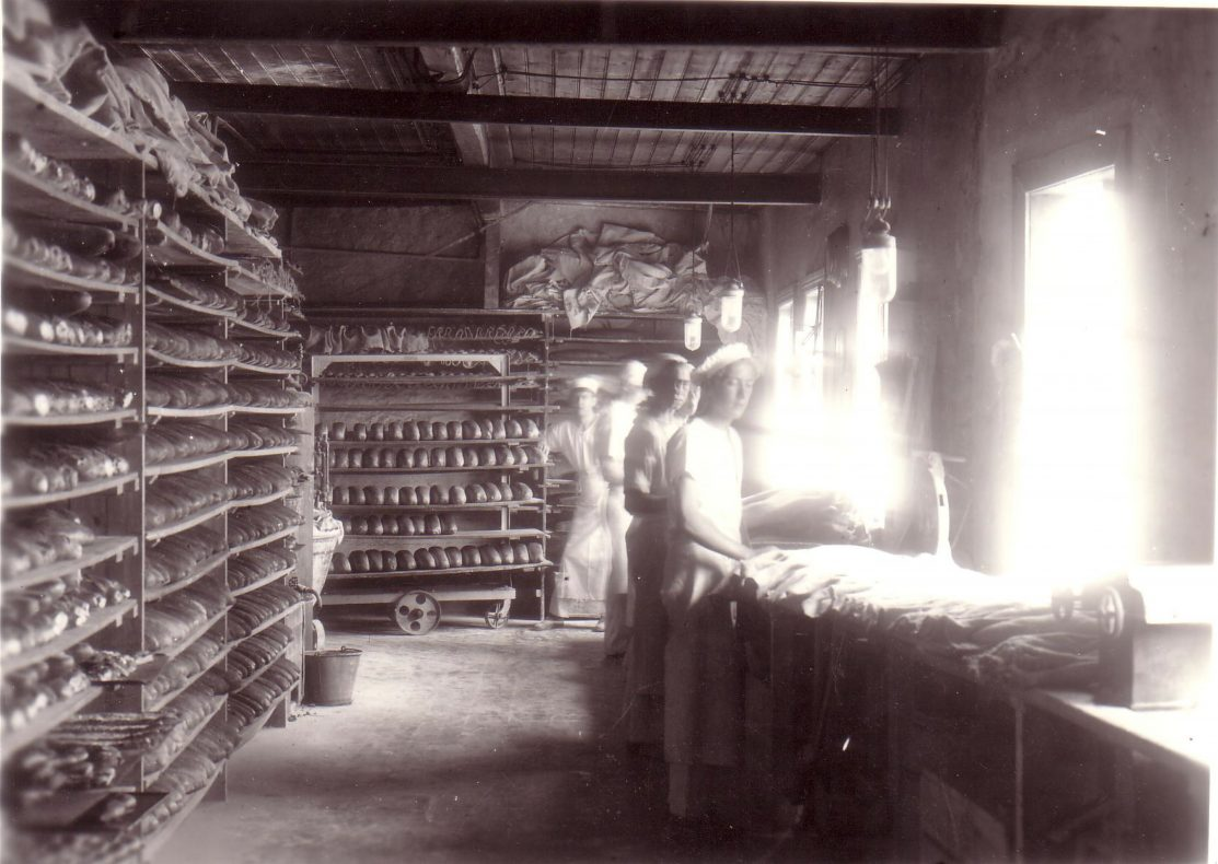 Leirvik Dampbakeri & Konditori har levert brød og bakervarer til folket på Stord siden 1924.