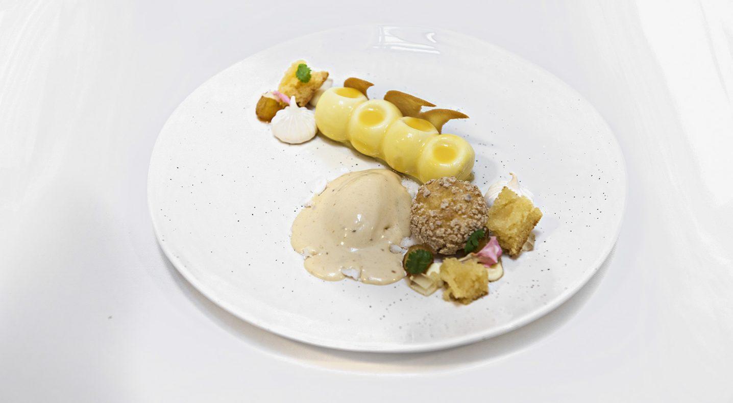 Desserten til Thea bestod blant annet av ananas, kokos, malibu ganasche, chili, koriander og flambert ananas.