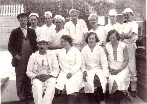 Historisk bilde av ansatte ved Leirvik Dampbakeri.