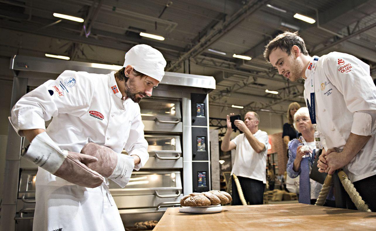 Fredrik Lønne tok gull i Nordic 2017. Under konkurransen følger kollega Nikolai Meling nøye med mens Fredrik veier ferdig stekte brød.