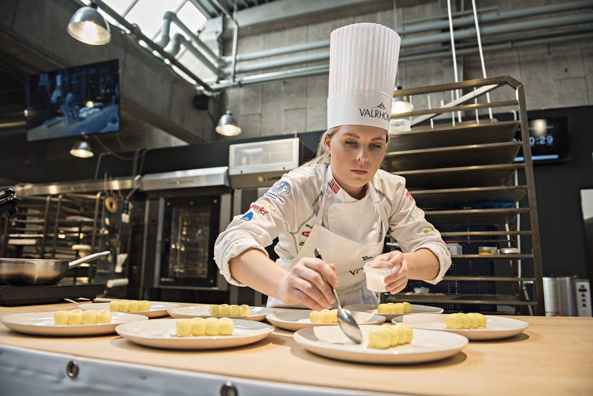 Thea Victoria Thoren Jensen ga det norske laget et løft ved å vinne gull i kategorien dessert under Nordic Pastry Cup.