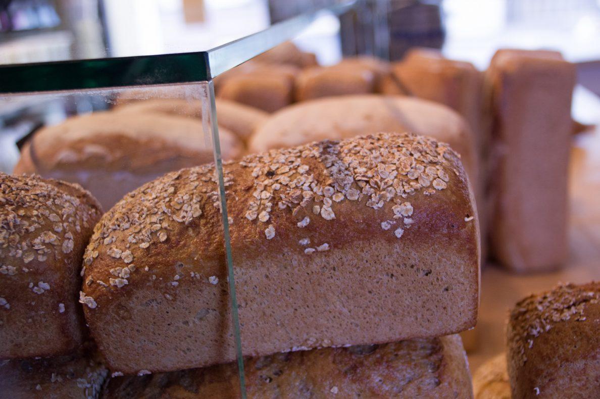 I disken ligger brødet, økologisk og bakt med lokalt mel, sammen med blant annet ferdigsmurte bagetter til kafégjestene.