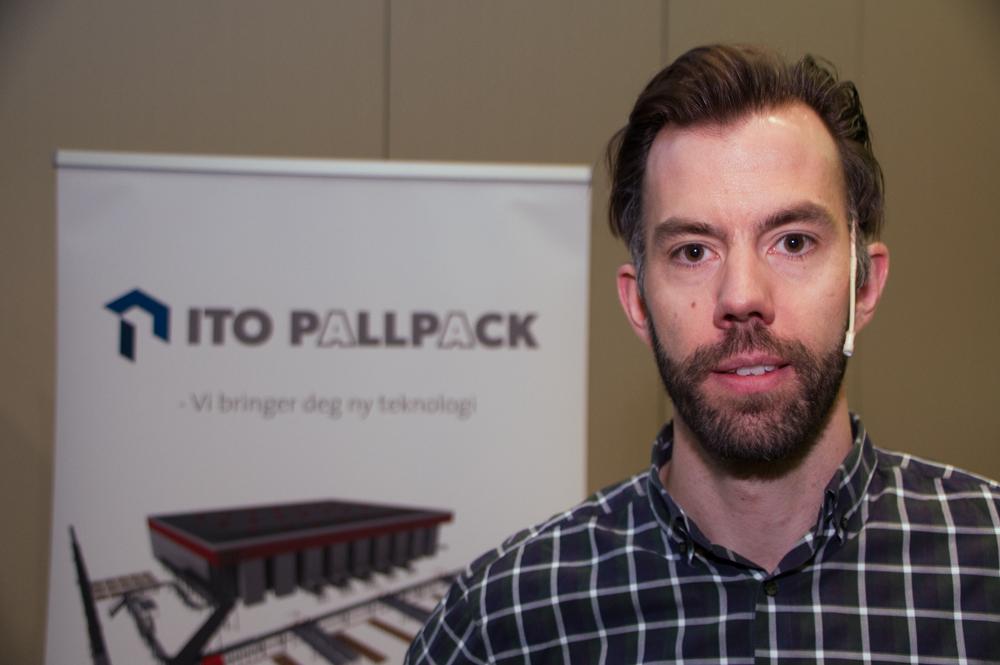Christian Hagen prøver å selge inn de nye robotene til norsk matindustri.