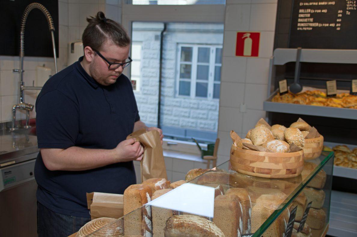 Bak disken hjelper Kim André Kjelsås blide kunder.