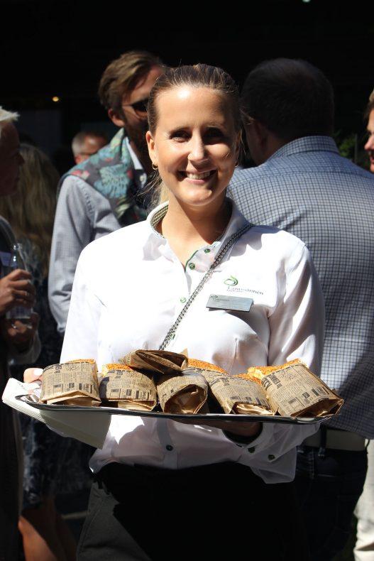 Anette Andersen i Lantmännen Unibake serverer smaksprøver av focacchini.