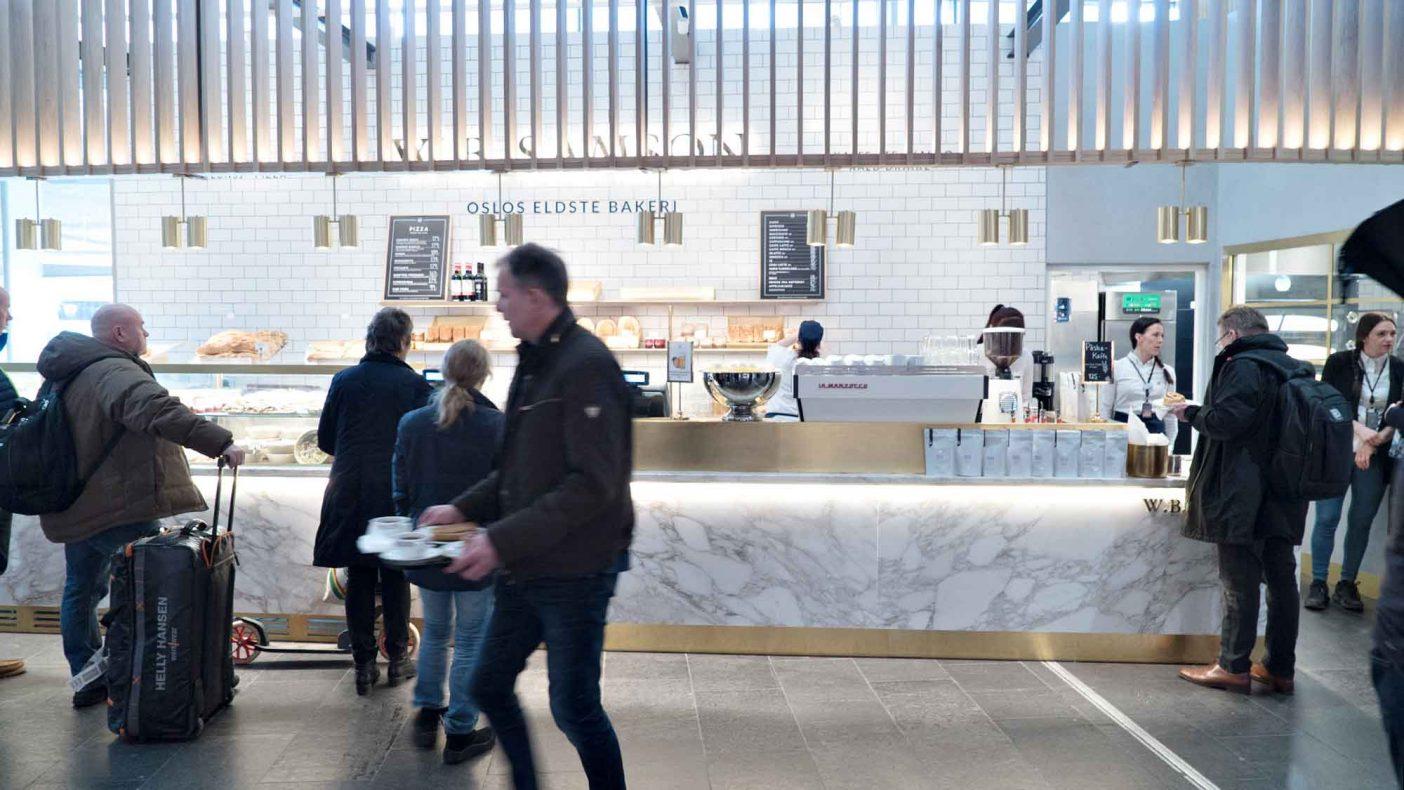 Samson ser mange fordeler med å bygge egen merkevare i Oslo lufthavn, godt synlig for millioner av reisende hvert år.