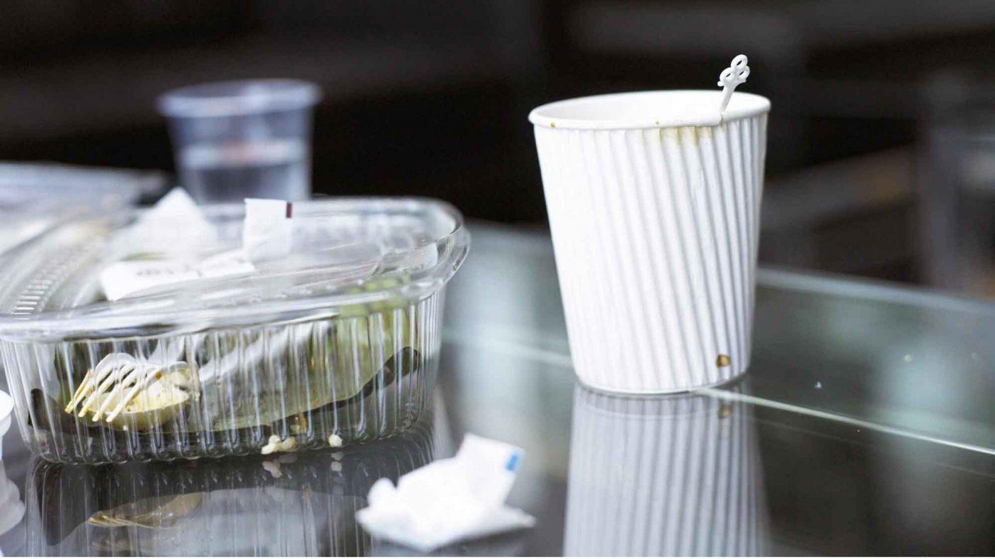 Engangsservise i plast representerer et stort miljøproblem, og stadig flere bedrifter prøver nå å bidra til redusere forbruket.