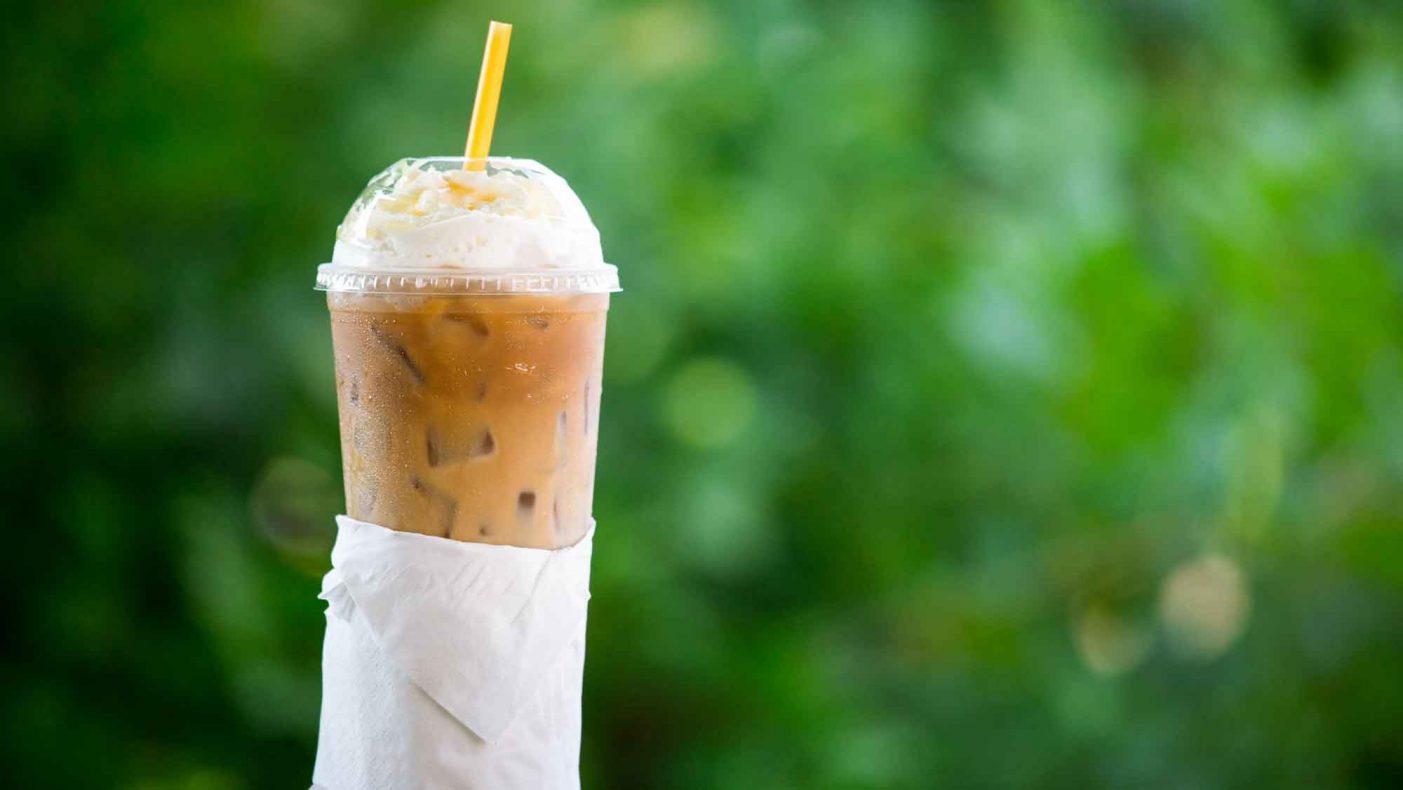 Flere bakeri- og kaffekjeder prøver nå å finne alternativer til sugerør i plast.