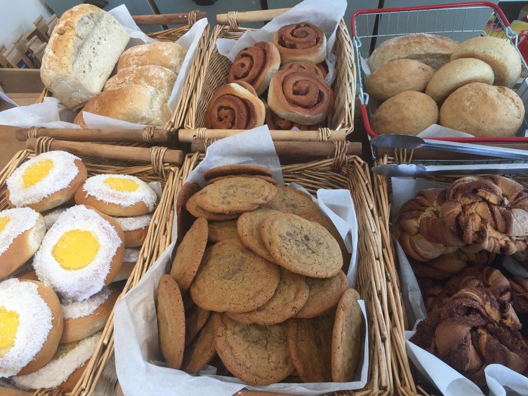Janniche baker rundt 30 brød og 100 boller hver morgen. — Lærdalsbrødet blir alltid utsolgt, forteller hun.