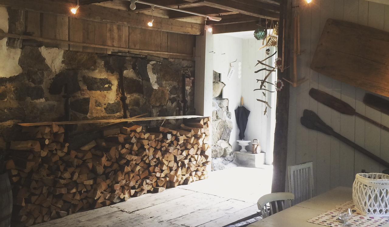 Ovnen starter helt ved inngangsdøren til bakeriet og har plass til 120 brød på herten. Bakespaden er fire meter lang.