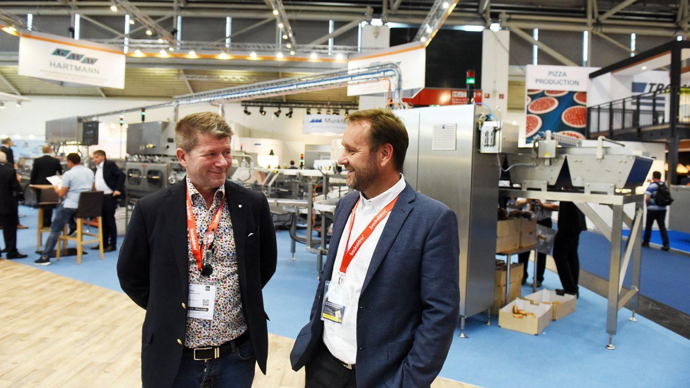 Rolf Ulevik (t.v.) i Goman Bakeriet Holding og Jarle Valskaar i Goman Bakeriet Jæren gleder seg over spenstig satsing på pølse- og hamburgerbrød i eget bakeri.
