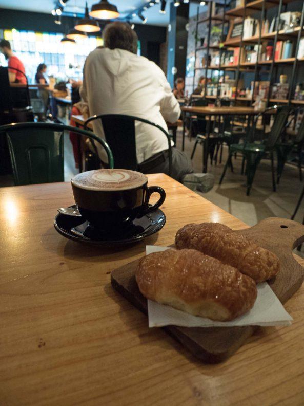 Argentinere stikker gjerne innom bakeriet for å ta en kopp kaffe eller mate og noe søtt, og de tradisjonelle, enkle utsalgene har fått selskap av mer trendy kafeer.