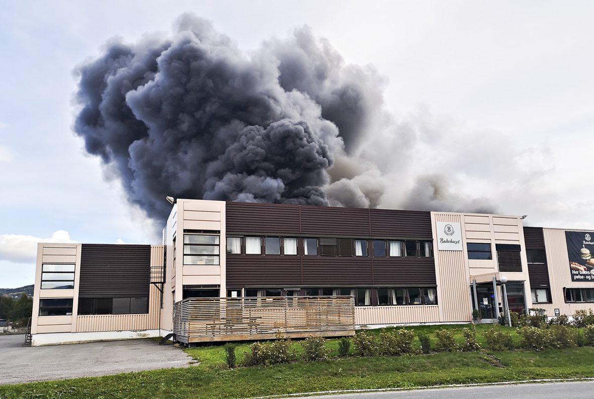 Ni ansatte var på jobb da brannen oppstod. Alle kom seg uskadd ut av lokalene.