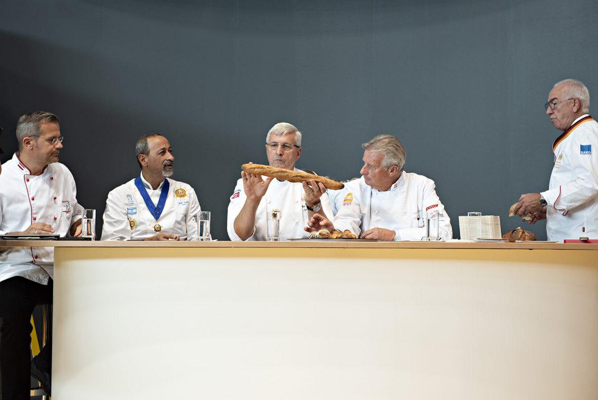 Dommerne i iba UIBC cup vurderer Nikolais baguette. Han var selv misfornøyd, men dommerne synes den var bra.