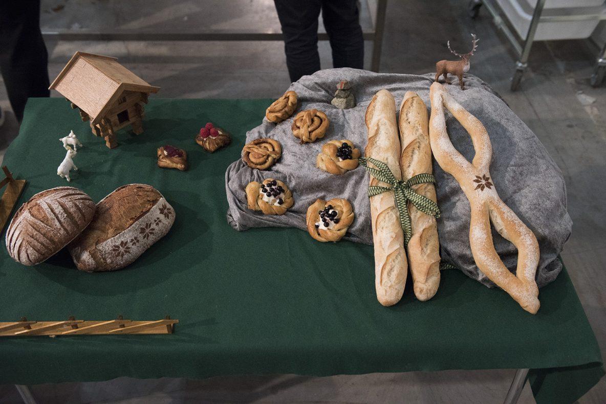 Utstillingen til Caroline Hetland Åsen med brød, wienerbrød, småbakst og baguetter.