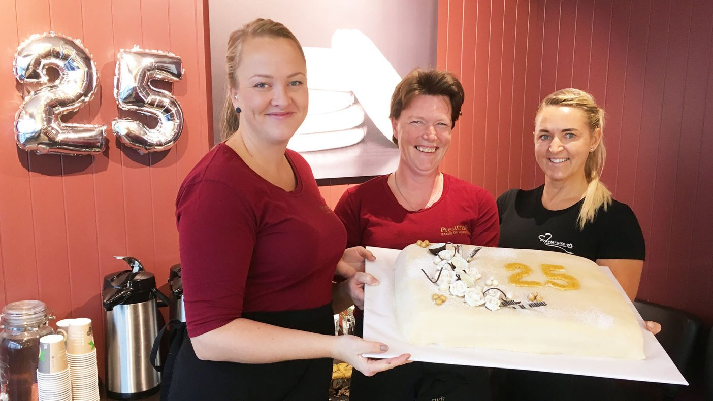 Presteruds-gjengen stilte med minst to slike kaker for å markere 25-årsjubileet. Fra venstre Siw Mikkelsen, Nina Stålesen-Netland og daglig leder og eier Ann Britt Årli.